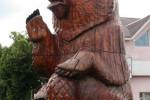 Скульптура - Мишка с шишкой (большая) :: Заказать изготовление скульптур из дерева, Вы можете по телефонам: 8 (495) 783-65-09, 8 (495) 518-64-87