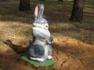 Скульптура - Зайчик на дубке (большая) :: Заказать изготовление деревянных скульптур, Вы можете по телефонам: 8 (495) 783-65-09, 8 (495) 518-64-87