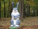 Скульптура - Зайчик на дубке (средняя) :: Заказать изготовление скульптур из дерева, Вы можете по телефонам: 8 (495) 783-65-09, 8 (495) 518-64-87